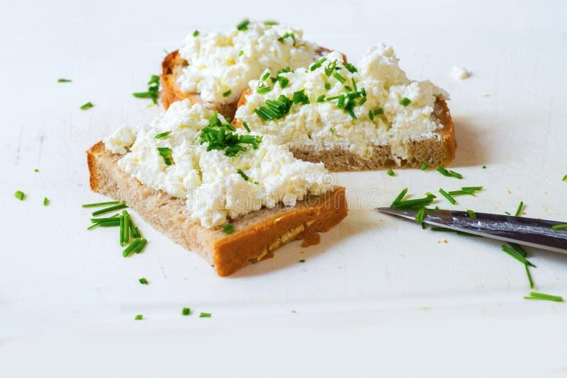 3 plasterka chleb z szczypiorkiem na białej desce zdjęcie stock