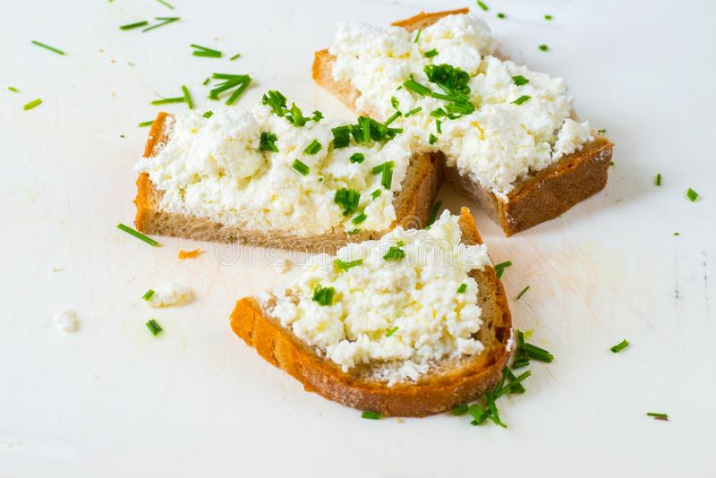 3 plasterka chlebowego z serowym curd i szczypiorkiem zdjęcia royalty free
