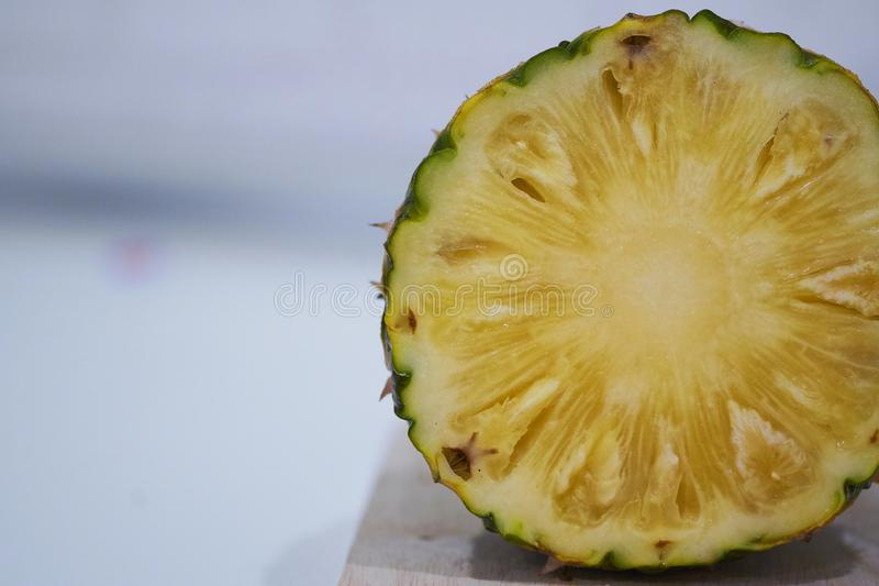 Plasterki Świeży ananas, Konserwować ananas na białym tle, zdjęcie royalty free