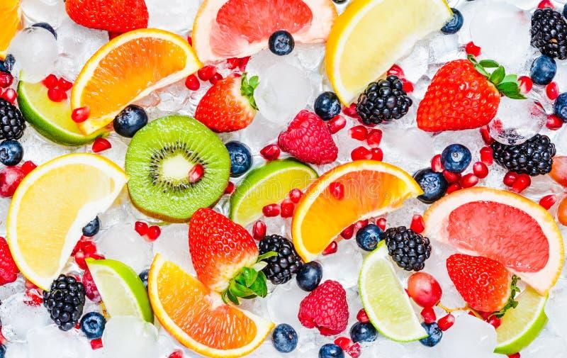 Plasterki świeżych owoc odgórny widok w bielu zdjęcie royalty free