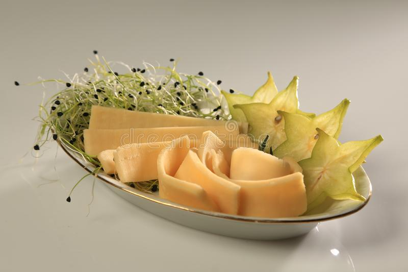 Plasterki chhese z plasterkami starfruit i flance na stronie obraz stock