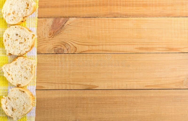 Plasterki chleb na żółtej pielusze od lewa strona stołu obrazy royalty free