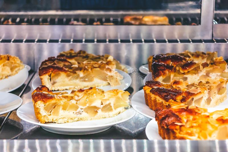 Plasterki jabłczany kulebiak wykładali dla sprzedaży w kawiarni obraz stock