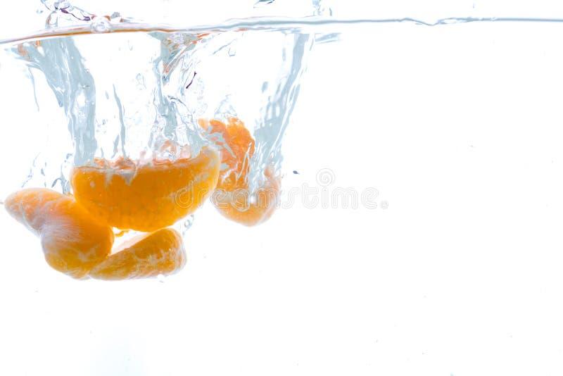 Plasterki kiwi i mandarynka rzucający w wodę Widok spod wody zdjęcia royalty free