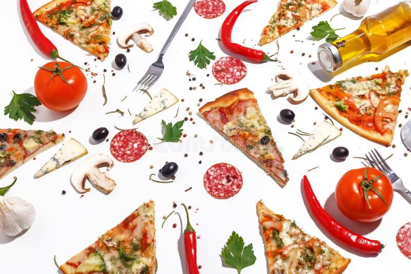 Plasterki pizza, sk?adniki i cutlery na bia?ym tle, Odg?rny widok obrazy royalty free