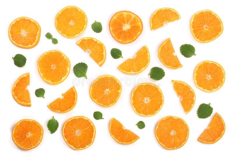 Plasterki pomarańcze lub tangerine z nowymi liśćmi odizolowywającymi na białym tle Mieszkanie nieatutowy, odgórny widok Owocowy s obraz royalty free