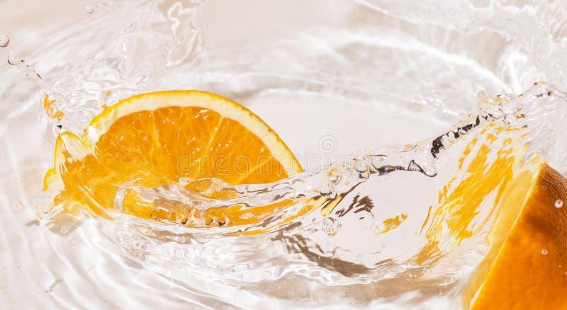 Plasterki pomarańcze w wodzie obrazy royalty free