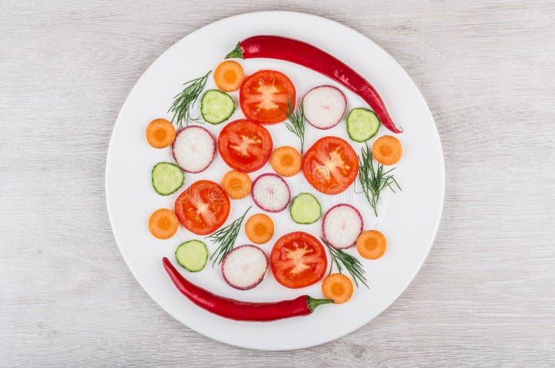 Plasterki pomidory, rzodkwie ogórki i koper, pieprzą obrazy royalty free