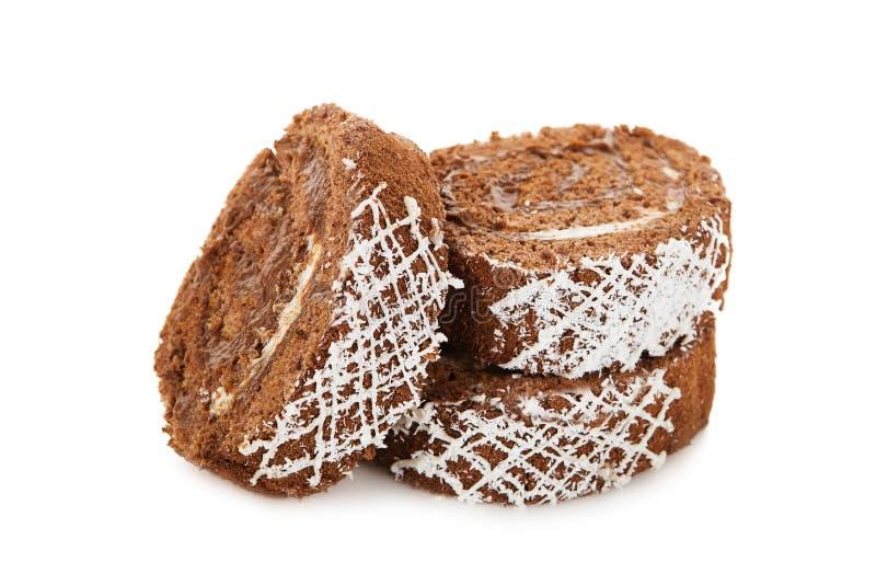 Plasterki słodkiej czekolady rolki tort odizolowywający na bielu obraz royalty free