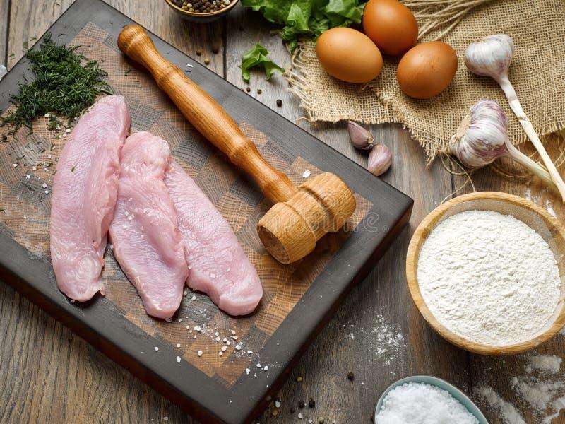 Plasterki surowego mięsa schnitzel na pięknej drewnianej tnącej desce zdjęcia royalty free