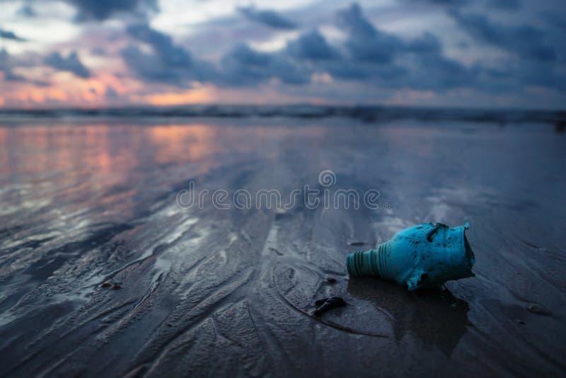 Plastic afval die van de oceaan een rommel maken bij het strand tijdens zonsondergang, Koh Lanta, Thailand royalty-vrije stock foto