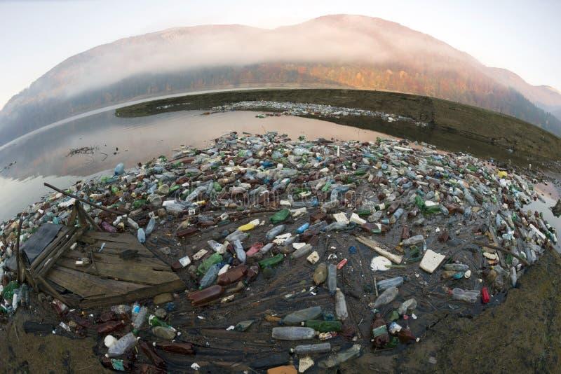 Plastic afval - lage cultuur van mensen stock afbeeldingen