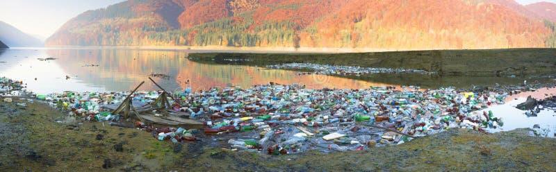 Plastic afval - lage cultuur van mensen stock fotografie