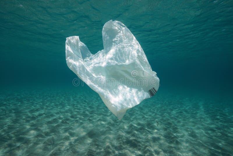 Plastic afval onderwater plastic zak stock afbeeldingen
