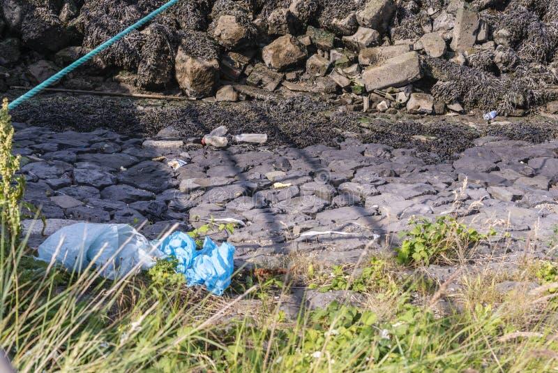 Plastic afval op de banken van een haven royalty-vrije stock afbeeldingen