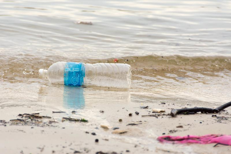 plastic afvalhuisvuil op de baaigang die de oceaan en en verontreinigen