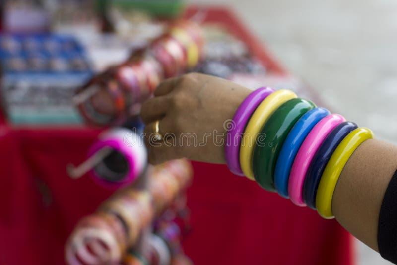 Plastic armbanden stock foto