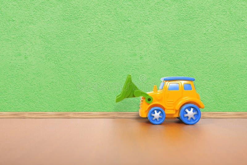 Plastic auto op de vloer stock foto's