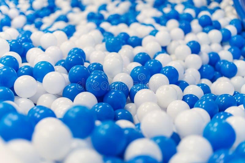 Plastic ballen in speelkamer royalty-vrije stock afbeelding