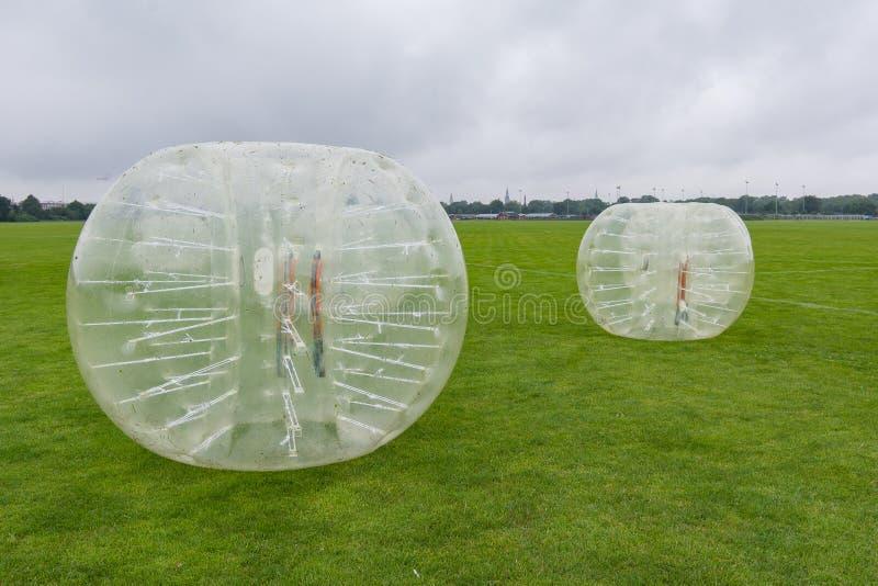 Plastic ballen voor voetbal het spelen, op een gazon royalty-vrije stock fotografie