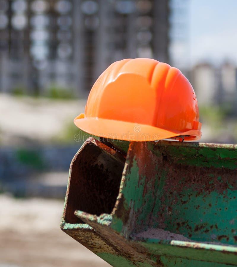 Plastic bouwvakker in de bouwwerf stock foto