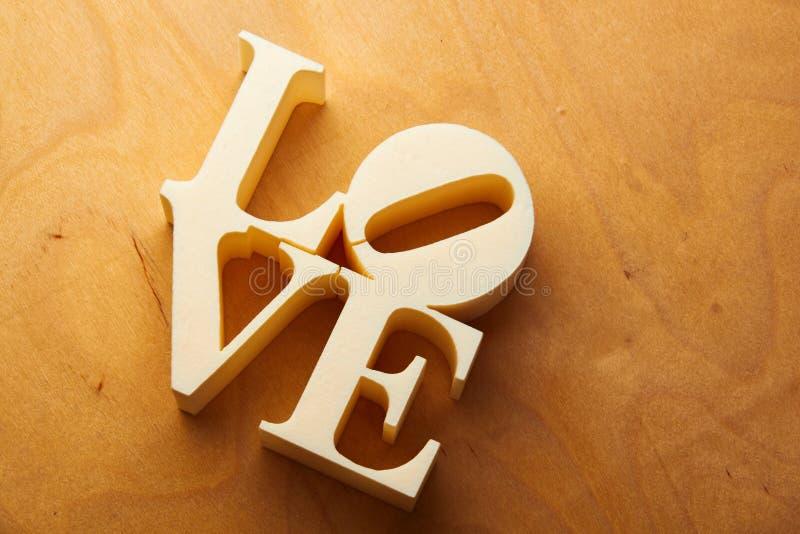 Plastic brieven die woordliefde vormen stock afbeeldingen