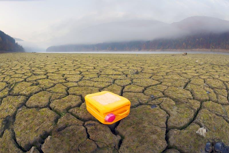 Plastic bus in de woestijn stock foto