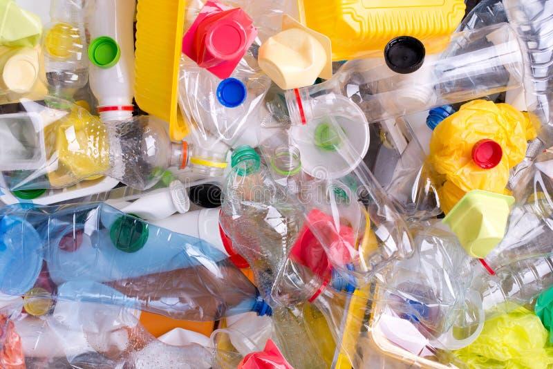 Plastic die flessen en containers op recycling worden voorbereid stock afbeeldingen