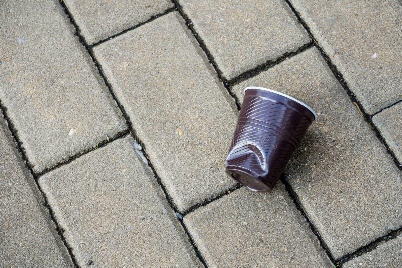 Plastic die kop op straat in stad wordt verpletterd stock foto