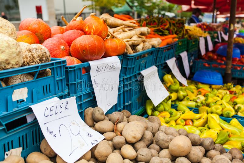 Plastic dozen met pompoenen, aardappels en andere verse groenten op de teller royalty-vrije stock afbeeldingen