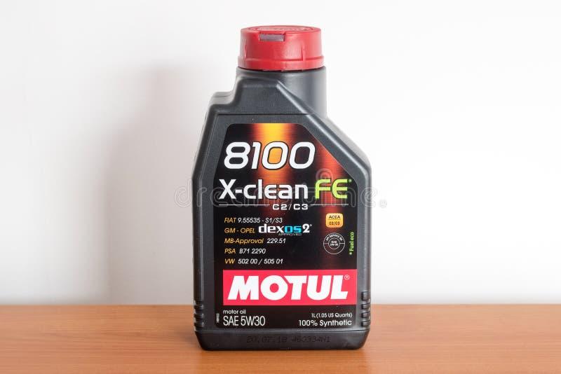 Plastic fles motorolie Motul 8100 x-Schone FE C2/C3 5W30 stock foto's