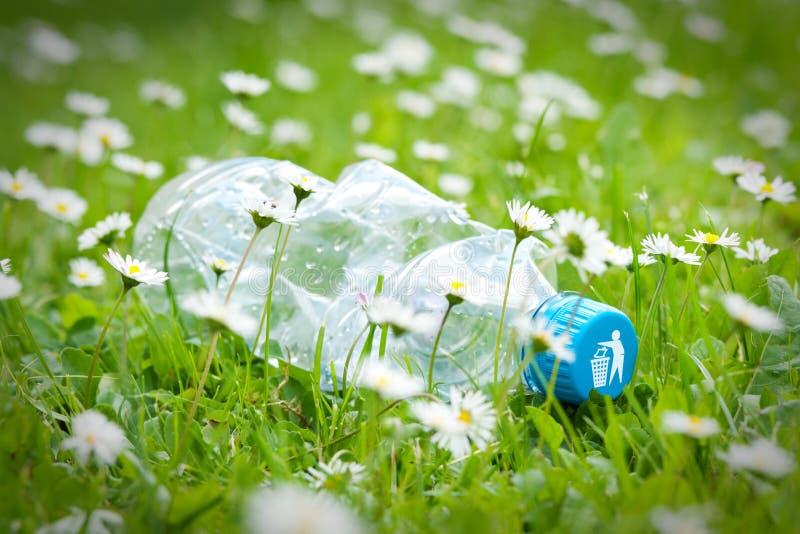 Plastic fles op gras royalty-vrije stock afbeelding