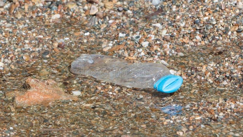 Plastic fles op het strand royalty-vrije stock afbeeldingen
