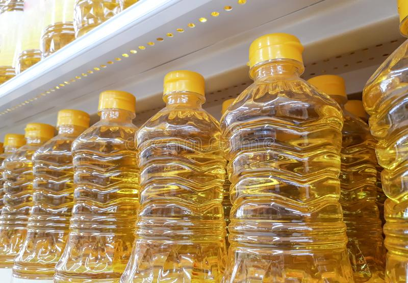 Plastic flessen een plantaardige olie stock afbeelding