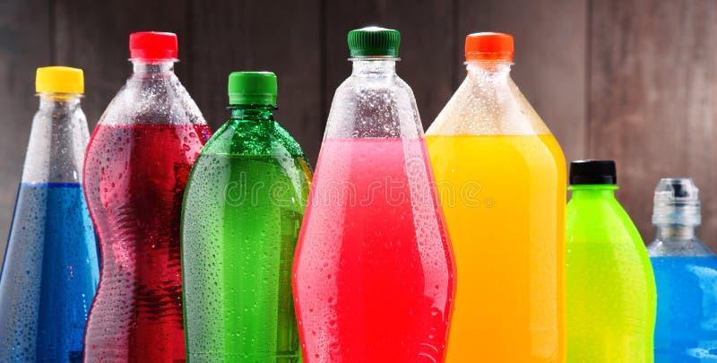 Plastic flessen van geassorteerde sprankelende frisdranken royalty-vrije stock afbeeldingen