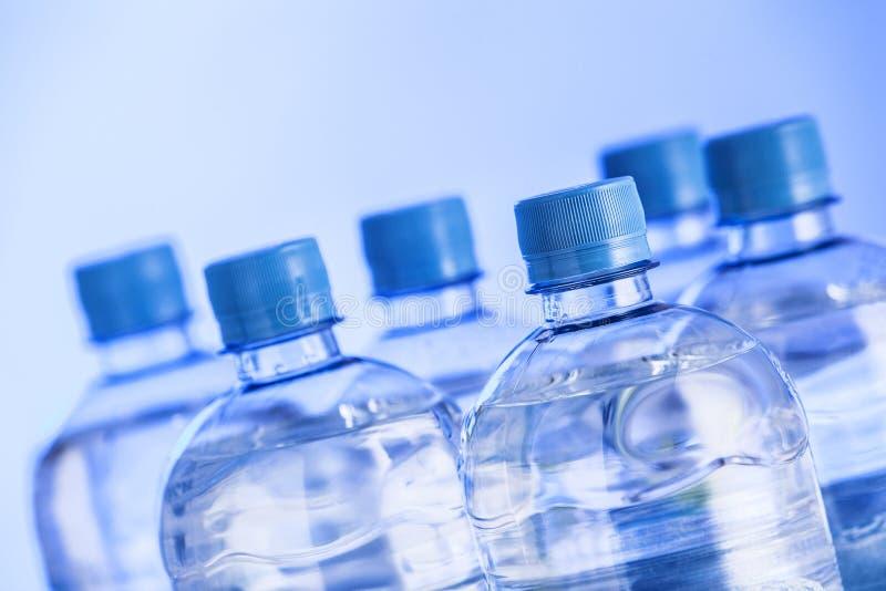 Plastic flessen water stock foto's