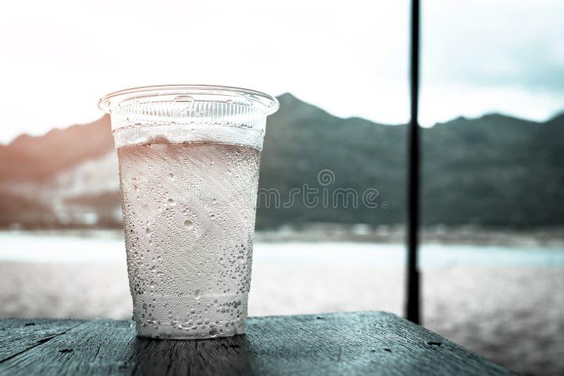 Plastic glas water stock afbeelding
