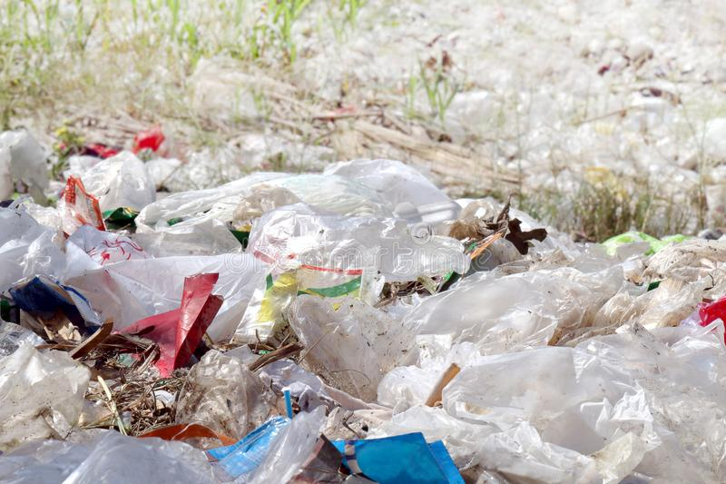 Plastic het landschapsachtergrond van het huisvuilafval, veel van het plastiek van het afvalhuisvuil, fles, document voor achterg stock fotografie