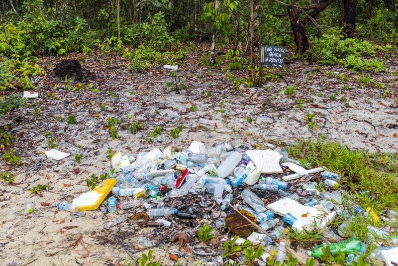 Plastic huisvuil op een strand stock afbeeldingen