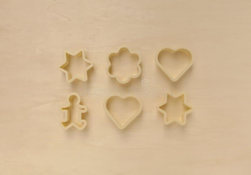 Plastic koekjessnijder op houten achtergrond royalty-vrije stock fotografie