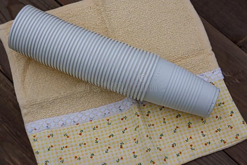 Plastic Koppen op Houten Achtergrond stock foto's