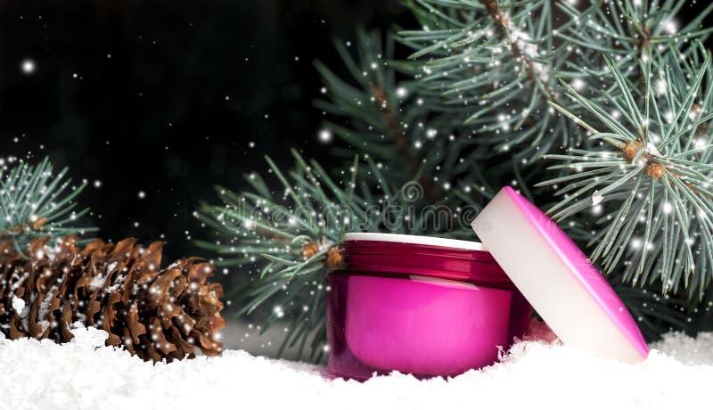 Plastic kosmetische container met room in de sneeuw royalty-vrije stock afbeeldingen