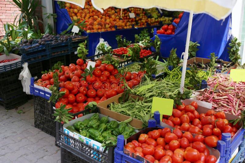 Plastic kratten met heerlijke groenten stock afbeelding