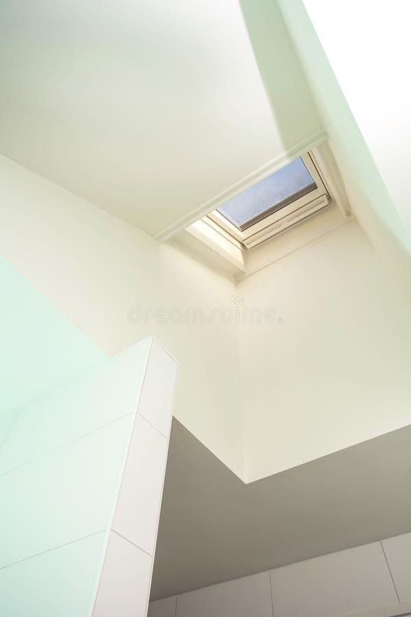 Plastic mansard of dakraamvenster op zolder met milieuvriendelijke en energie efficiënte thermische isolatie stock afbeelding