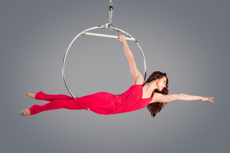 Plastic mooie meisjesturner op acrobatische circusring in vlees-gekleurd kostuum royalty-vrije stock afbeelding