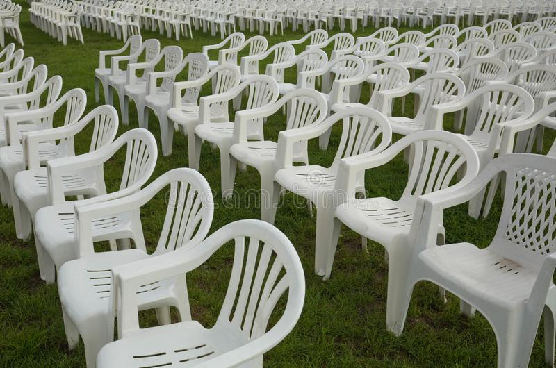 Plastic openluchtstoelen stock foto's