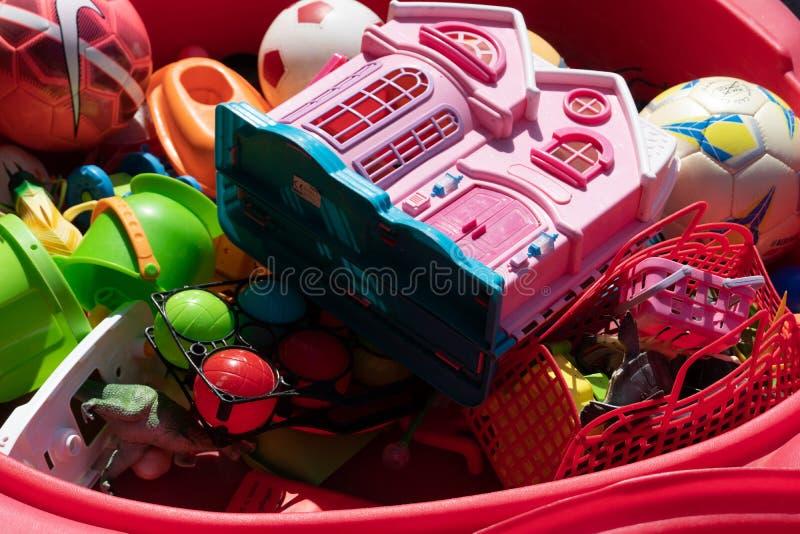 Plastic speelgoed en ballen stock fotografie