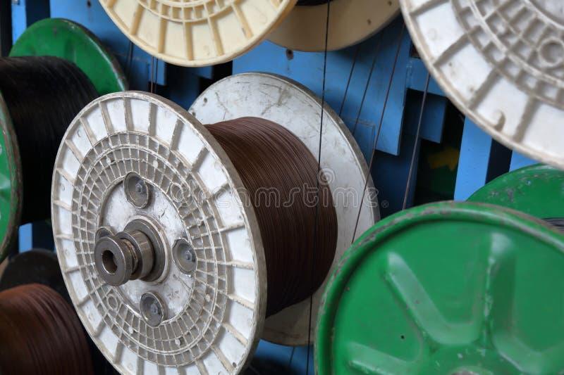 Plastic spoelen met kabel stock afbeeldingen