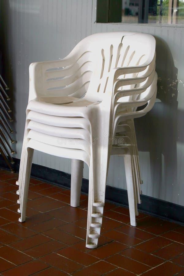 Plastic stoelen royalty-vrije stock afbeeldingen