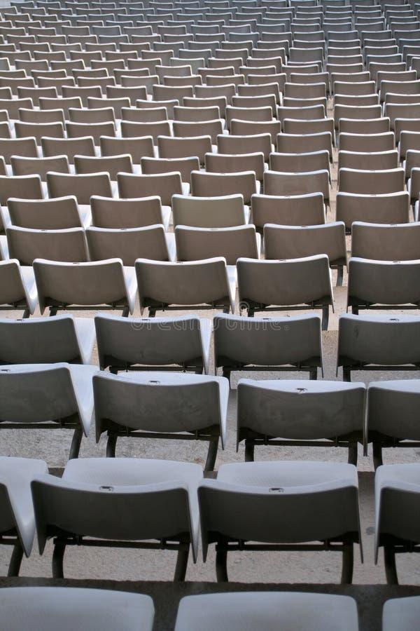 Plastic stoelen stock foto